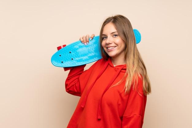 Jovem mulher loira com skate