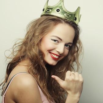 Jovem mulher loira com uma coroa