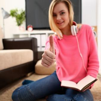 Jovem mulher loira e bonita mostra dedo grande super desfrutar de estudo