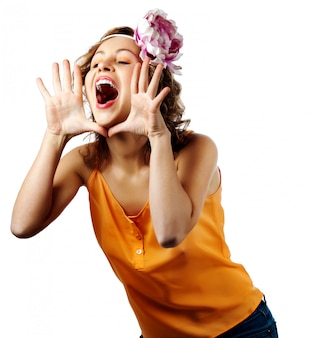 Jovem mulher loira gritar e gritar usando as mãos como tubo