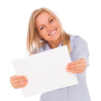 Jovem mulher loira mostrando papel