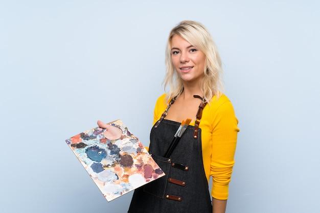 Jovem mulher loira segurando uma paleta