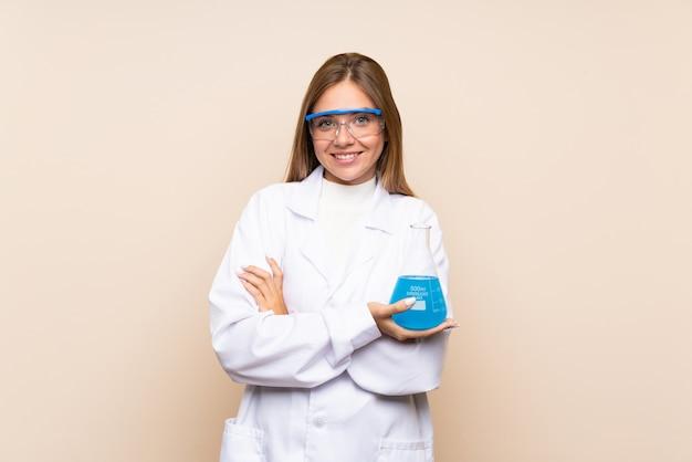 Jovem mulher loira sobre fundo isolado com um tubo de ensaio científico
