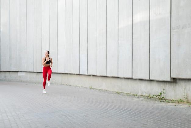 Jovem mulher malhando na rua