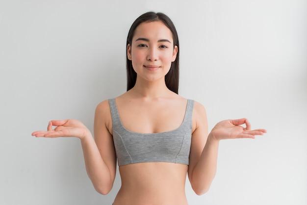 Jovem mulher meditando