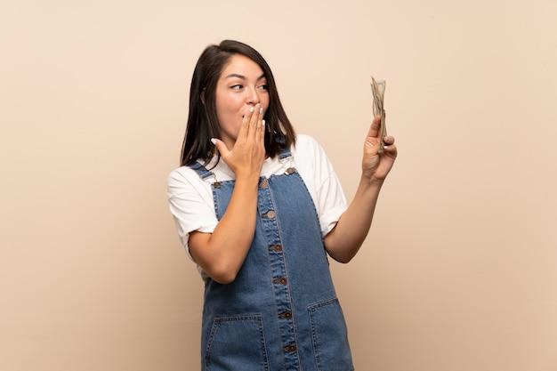Jovem mulher mexicana mais isolado levando muito dinheiro