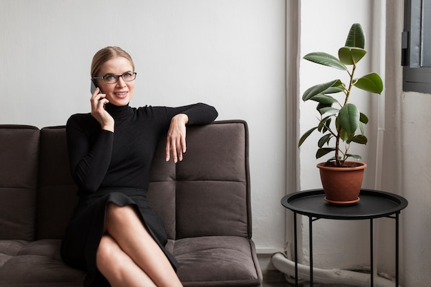 Jovem mulher moderna falando no telefone
