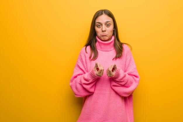 Jovem mulher moderna, fazendo um gesto de necessidade