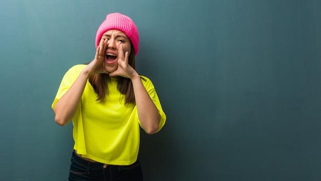 Jovem mulher moderna gritando algo