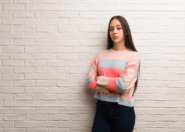 Jovem mulher moderna, olhando para a frente