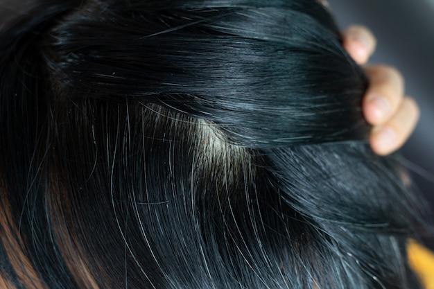 Jovem, mulher, mostra, dela, cinzento, cabelo