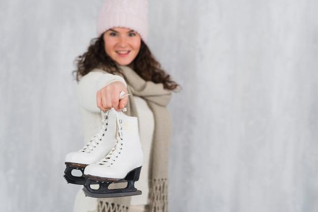 Jovem, mulher, mostrando, gelo, patins