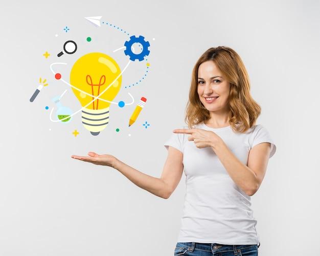 Jovem mulher mostrando ícones desenhados