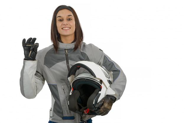 Jovem mulher mostrando orgulhosamente sua nova licença de moto