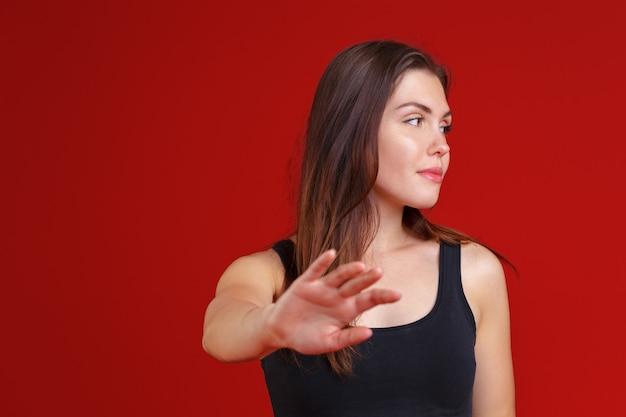 Jovem mulher mostrando um gesto de parada