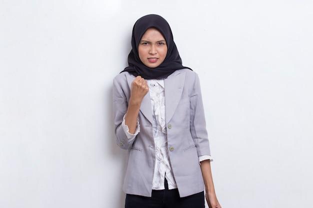 Jovem mulher muçulmana asiática com raiva emocional gritando e gritando no fundo branco