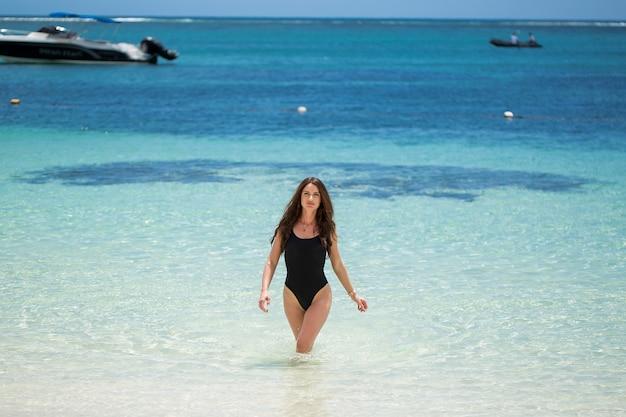 Jovem mulher muito gostosa e sexy na ilha tropical no verão perto do mar