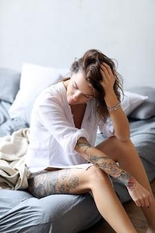 Jovem mulher na cama de manhã
