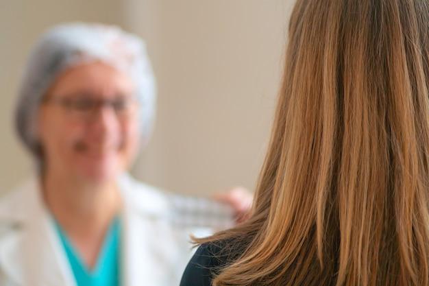 Jovem mulher na consulta com médicos. prescrição de medicamentos.