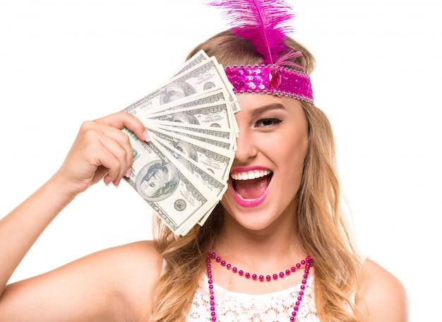 Jovem mulher na coroa com as asas cor-de-rosa da pena.