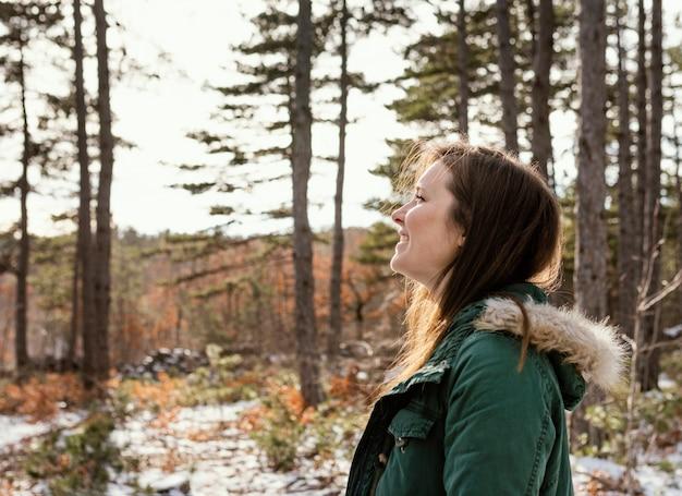 Jovem mulher na natureza