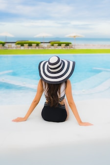 Jovem mulher na piscina