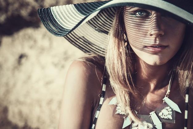 Jovem mulher na praia de areia