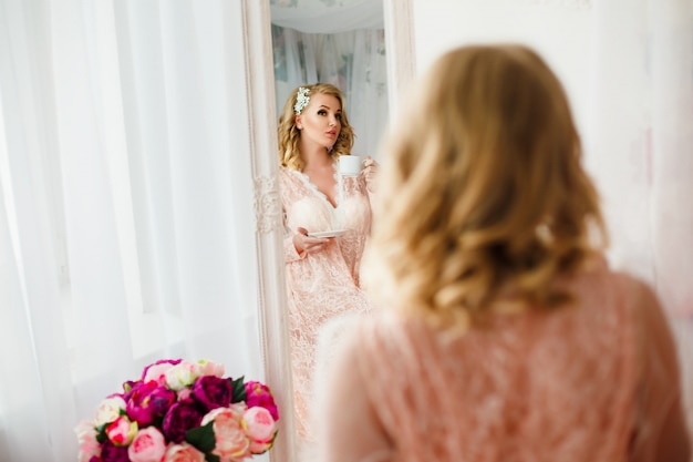 Jovem mulher na sala decorada com flores