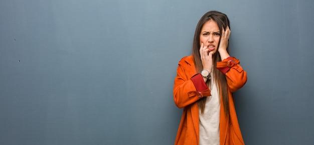 Jovem mulher natural desesperada e triste
