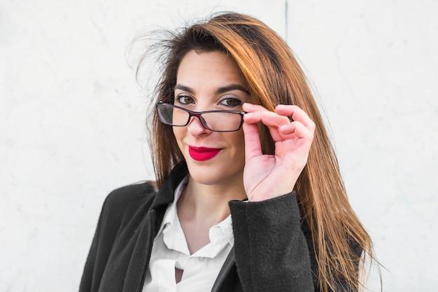 Jovem, mulher negócio, ajustar, óculos
