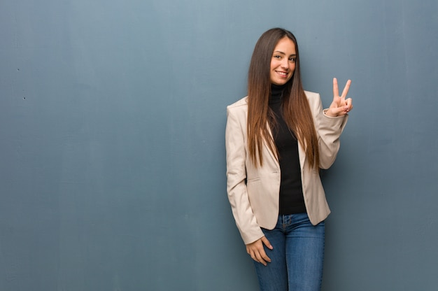 Jovem, mulher negócio, fazendo um gesto, de, vitória