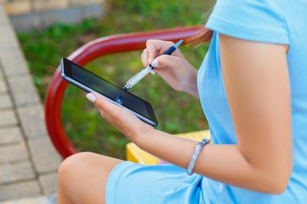 Jovem, mulher negócio, usando, tabuleta
