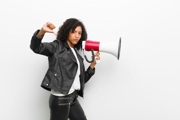 Jovem mulher negra com um megafone, vestindo uma jaqueta de couro