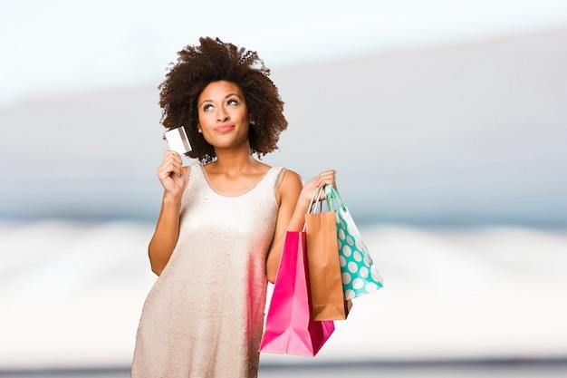 Jovem mulher negra indo às compras