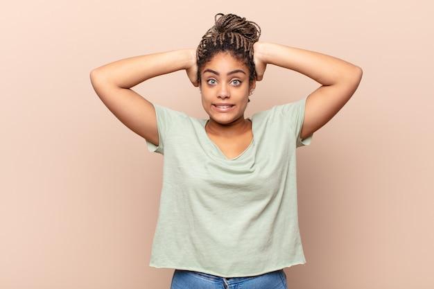 Jovem mulher negra sentindo-se estressada, preocupada, ansiosa ou com medo