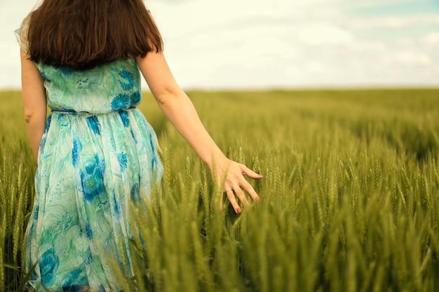 Jovem mulher no campo