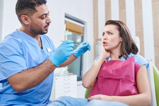 Jovem mulher no consultório de dentistas