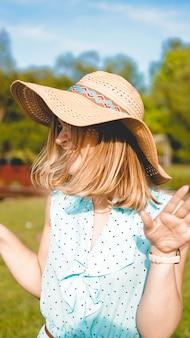 Jovem mulher no jardim ensolarado. dia de verão ao ar livre. conceito de meditação e liberdade