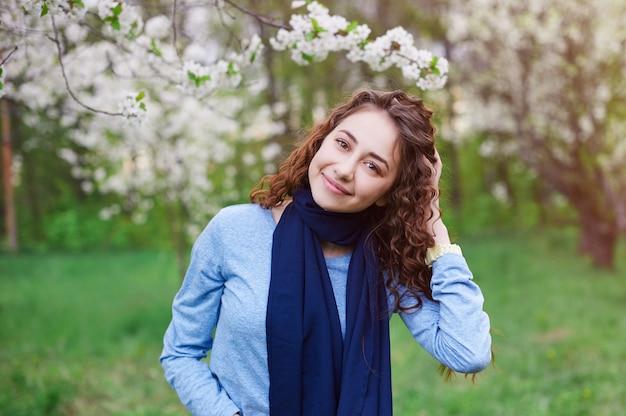 Jovem mulher no jardim primavera desabrochando