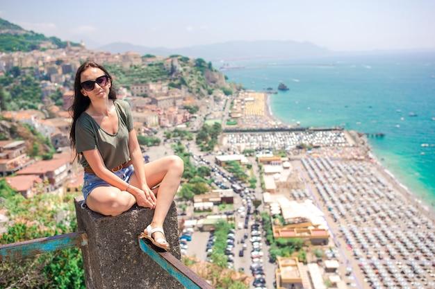 Jovem mulher no mar mediterrâneo e no céu.