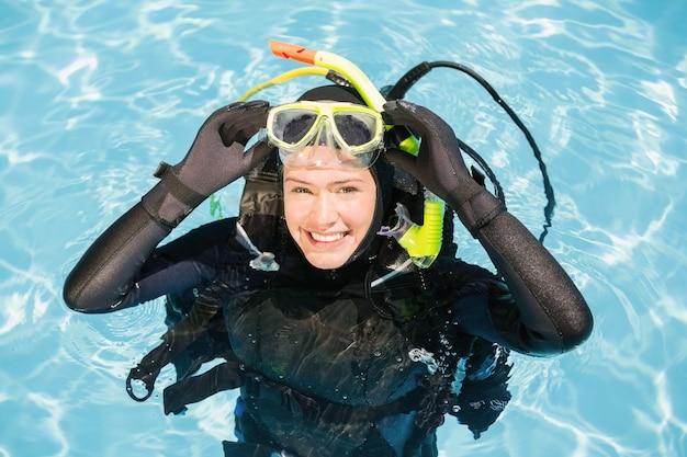 Jovem mulher no treinamento de mergulho