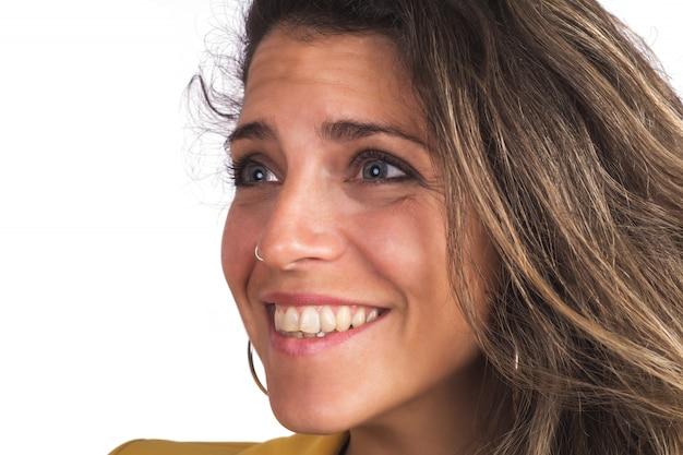 Jovem mulher olhando para a câmera e sorrindo.