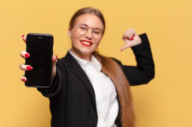 Jovem mulher orgulhosa com conceito de telefone inteligente