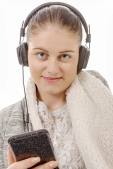 Jovem mulher ouvindo música com seu telefone móvel