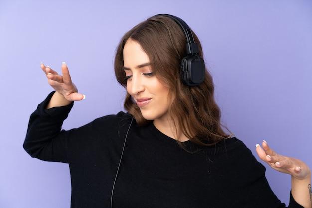 Jovem mulher ouvindo música e dançando