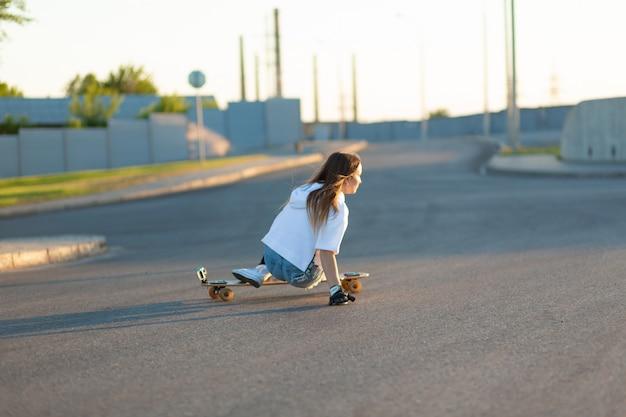 Jovem mulher patinando em um dia ensolarado