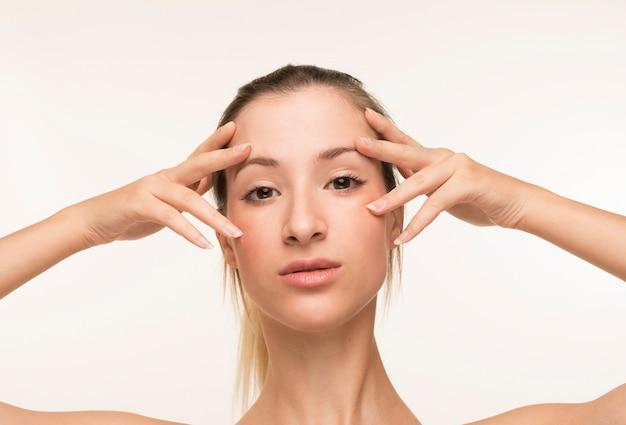 Jovem mulher pele clara pose