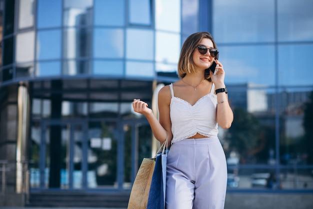 Jovem mulher pelo shopping