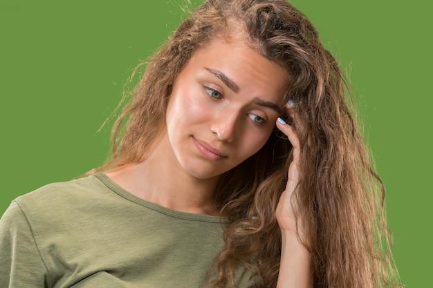 Jovem mulher pensativa séria. conceito de dúvida.