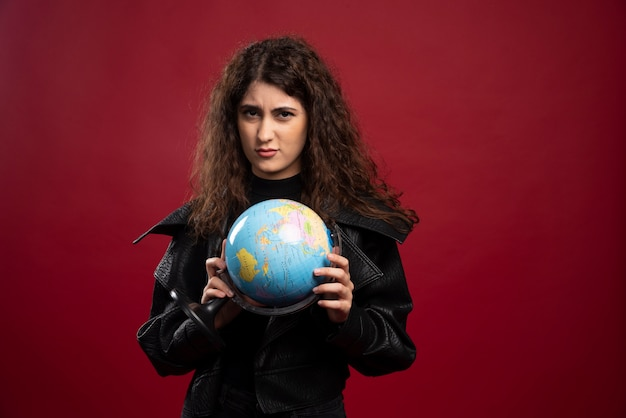 Jovem mulher posando com a globo.